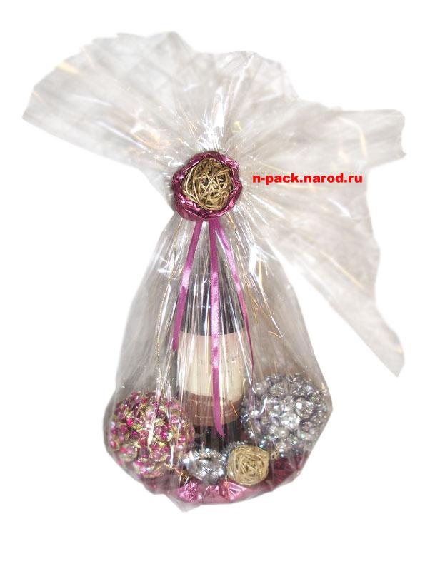 Красиво оформленная бутылка шампанского, плёнка, декоративные шары.
